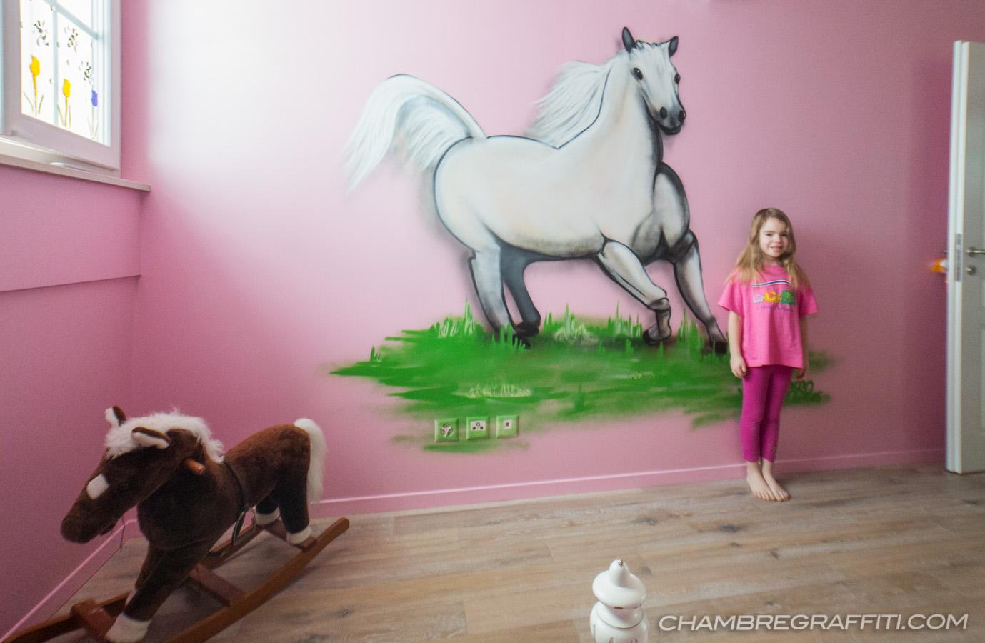 chambre de julia cheval blanc en graff chambre graffiti. Black Bedroom Furniture Sets. Home Design Ideas