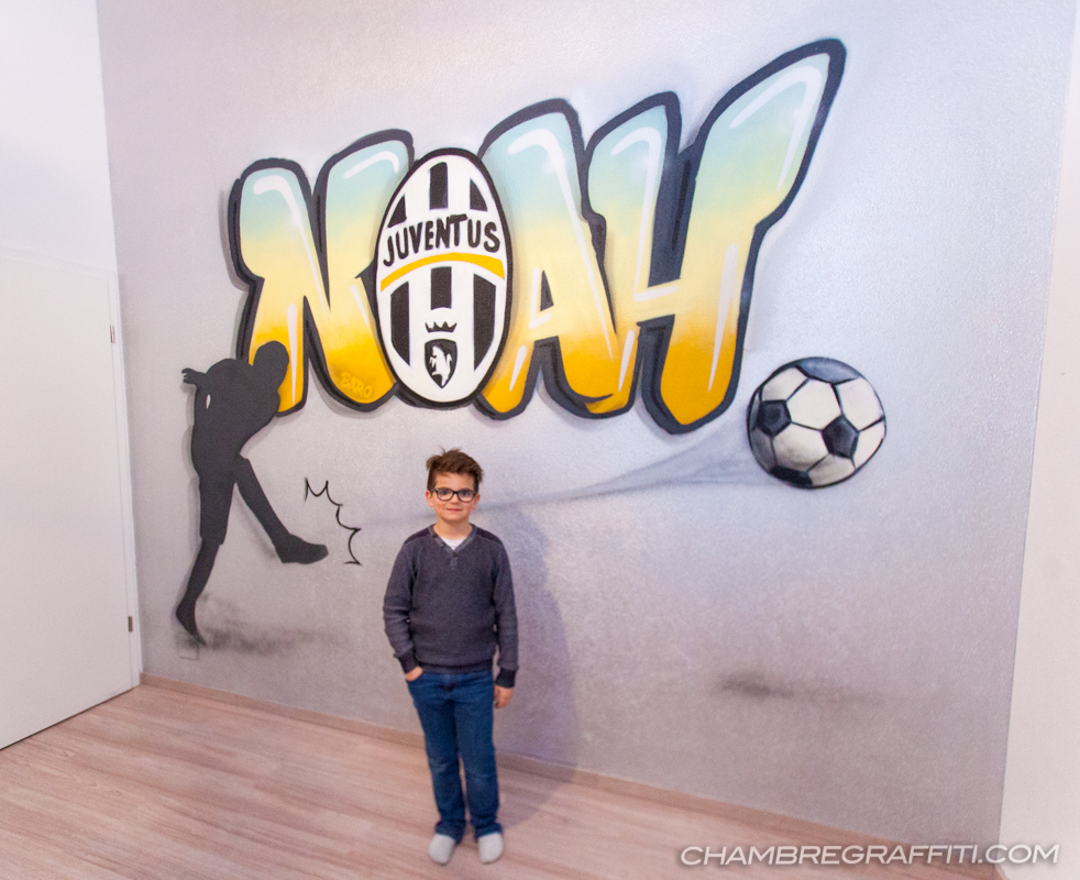 chambre de noah sur le th me du foot logo juventus chambre graffiti. Black Bedroom Furniture Sets. Home Design Ideas